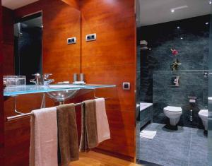 Hotel Acevi Villarroel bathroom