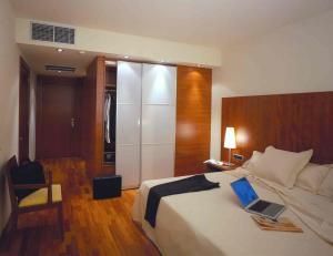 Hotel Acevi Villarroel bedroom