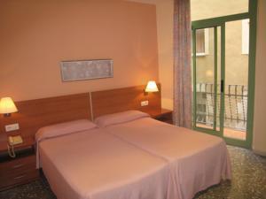 Hotel Catalunya bedroom