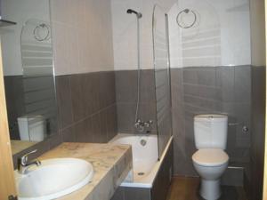 Hotel Catalunya bathroom