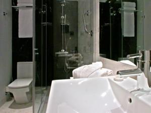 Hotel Gran Via 678 bathroom