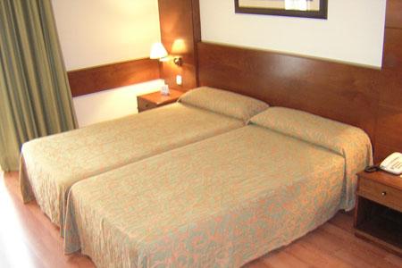 Hotel Husa Oriente bedroom