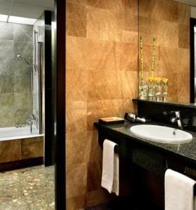 Hotel Silken Ramblas bathroom
